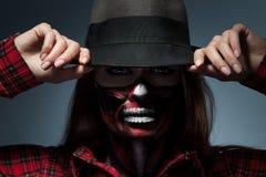 Horizontales Porträt der Frau mit furchtsamer Gesichtskunst für Halloween Lizenzfreie Stockfotos