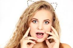 Horizontales Porträt des Mädchens auf einem weißen Hintergrund Lizenzfreies Stockbild