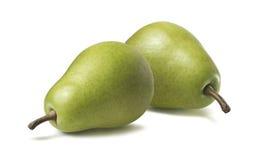 2 horizontales verdes enteros de las peras aislados en el fondo blanco foto de archivo libre de regalías