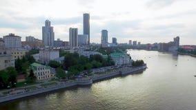 Horizonte aéreo del centro de ciudad de Ekaterimburgo y río de Iset Ekaterinburg es la cuarto más grande ciudad en Rusia y almacen de metraje de vídeo
