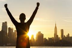 Horizonte acertado de New York City de la salida del sol de la mujer foto de archivo libre de regalías