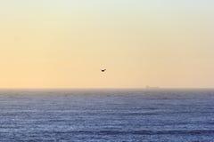 Horizonte anaranjado escénico con la línea perfecta del horizonte con el mar Fotografía de archivo libre de regalías