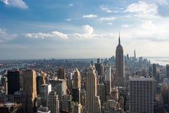 Horizonte céntrico con el Empire State Building, New York City de Manhattan Imagen de archivo libre de regalías