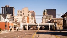 Horizonte céntrico Dayton de la ciudad el domingo por la mañana de la calle solitaria sola fotografía de archivo