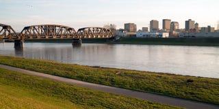 Horizonte céntrico Dayton Ohio de la ciudad el domingo por la mañana del río solo de Msd fotos de archivo