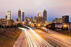 Horizonte céntrico de Atlanta en la oscuridad imágenes de archivo libres de regalías