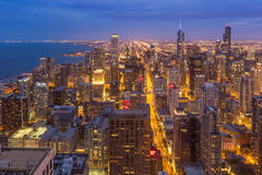 Horizonte céntrico de Chicago en la noche, Illinois Imágenes de archivo libres de regalías