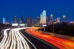 Horizonte céntrico de Dallas en la noche Fotos de archivo