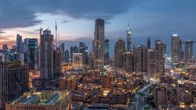 Horizonte céntrico de Dubai durante timelapse de la puesta del sol con la opinión paniramic de las torres modernas del top en Dub almacen de metraje de vídeo