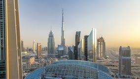Horizonte céntrico de Dubai en el timelapse de la puesta del sol con el edificio más alto y el tráfico por carretera de Sheikh Za almacen de metraje de vídeo