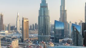 Horizonte céntrico de Dubai en el timelapse de la puesta del sol con el edificio más alto y el tráfico por carretera de Sheikh Za metrajes