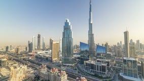 Horizonte céntrico de Dubai en el timelapse de la puesta del sol con el edificio más alto y el tráfico por carretera de Sheikh Za almacen de video