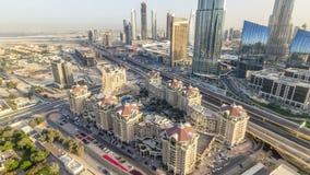 Horizonte céntrico de Dubai en el timelapse de la puesta del sol y tráfico por carretera cerca de la alameda, UAE metrajes