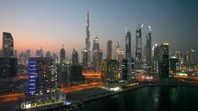 Horizonte céntrico de Dubai en la noche almacen de video