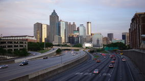 Horizonte céntrico de la ciudad de Atlanta Georgia Rush Hour Traffic Dusk almacen de video