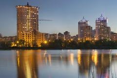 Horizonte céntrico de la ciudad de Donetsk en la oscuridad con el illuminat de los rascacielos Imágenes de archivo libres de regalías