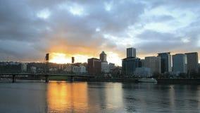 Horizonte céntrico de la ciudad de Portland Oregon con las nubes y los rayos solares móviles en el lapso de tiempo de la puesta de almacen de video