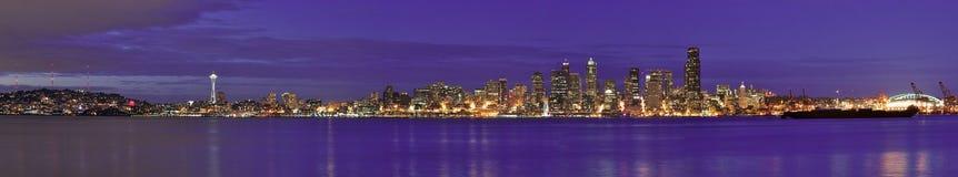 Horizonte céntrico de la ciudad del panorama de Seattle en la noche imagenes de archivo