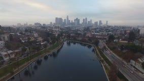 Horizonte céntrico de la ciudad del tráfico de la tarde del lago park de Los Ángeles almacen de video