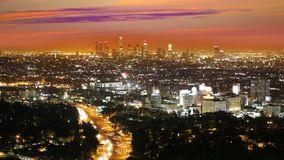 Horizonte céntrico de la puesta del sol de Los Ángeles de la noche del LA metrajes