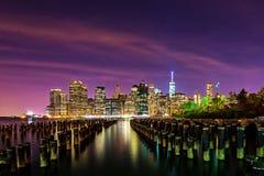 Horizonte céntrico de Manhattan en la noche de enfrente de East River en Br Foto de archivo