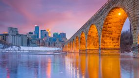Horizonte céntrico de Minneapolis en Minnesota, los E.E.U.U. fotos de archivo
