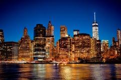 Horizonte céntrico de New York City Manhattan en la noche Imágenes de archivo libres de regalías