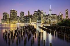 Horizonte céntrico de New York City Manhattan en la oscuridad Foto de archivo libre de regalías