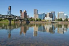 Horizonte céntrico de Portland y puente de Hawthorne Imagen de archivo libre de regalías