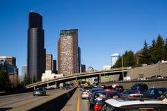 Horizonte céntrico de Seattle de los cortes de la carretera de la autopista 5 durante la precipitación Foto de archivo libre de regalías