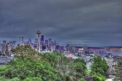 Horizonte céntrico de Seattle en la noche una impresión artisitic imagenes de archivo