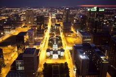 Horizonte céntrico de St. Louis en la noche Fotos de archivo libres de regalías