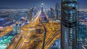 Horizonte céntrico escénico de Dubai en el timelapse de la noche Opinión del tejado del camino de Sheikh Zayed con las torres ilu metrajes