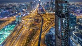 Horizonte céntrico escénico de Dubai en el timelapse de la noche Opinión del tejado del camino de Sheikh Zayed con las torres ilu almacen de metraje de vídeo