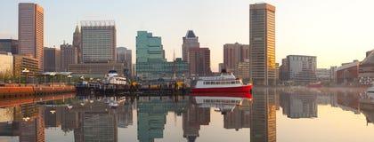 Horizonte céntrico y puerto interno en el amanecer, Baltimore de la ciudad fotos de archivo