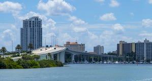 Horizonte claro y puente de la Florida de la playa del agua imagen de archivo
