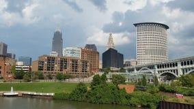 Horizonte Cleveland Ohio del río de Cuyahoga fotos de archivo