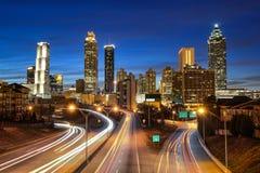 Horizonte céntrico de Atlanta durante crepúsculo Imagen de archivo