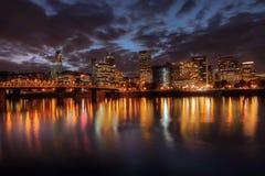 Horizonte céntrico de Portland en la noche Imagen de archivo libre de regalías