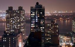 Horizonte colorido de New York City en la noche foto de archivo libre de regalías