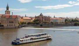 Horizonte con Charles Bridge histórico Travesía del barco en el río de Moldava Imagenes de archivo