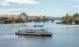Horizonte con Charles Bridge histórico Travesía del barco en el río de Moldava Imagen de archivo