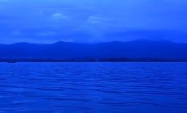 Horizonte con el mar y las montañas Imágenes de archivo libres de regalías