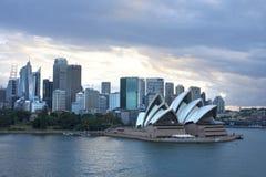 Horizonte con el teatro de la ópera en el primero plano, Australia de Sydney Imagen de archivo