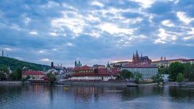 Horizonte con la vista del río de Moldava en Praga, día de la ciudad de Praga de la República Checa al lapso de la noche almacen de video