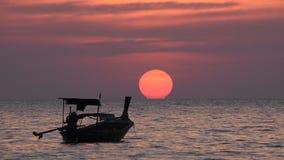 Horizonte conmovedor del sol de la puesta del sol en barco del longtail de Tailandia almacen de video