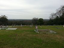 Horizonte - cruzes de madeira em um cemitério Montgomery AL fotos de stock