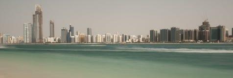 Horizonte de Abu Dhabi Imágenes de archivo libres de regalías