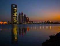 Horizonte de Abu Dhabi en la noche Imagen de archivo