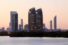 Horizonte de Abu Dhabi en la oscuridad imagenes de archivo